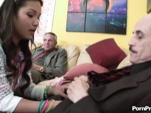 Два старых дедугана трахают вдвоем молодую самку